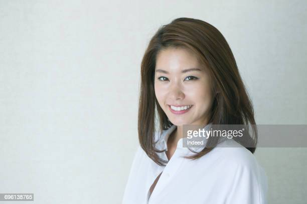 portrait of young woman, wearing white shirt - femme japonaise belle photos et images de collection