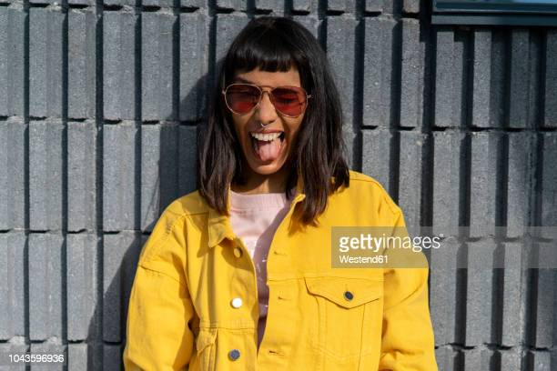 portrait of young woman, wearing yellow jeans jacket - sorriso aberto - fotografias e filmes do acervo