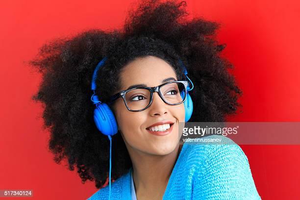 Portrait de jeune femme avec un casque bleu