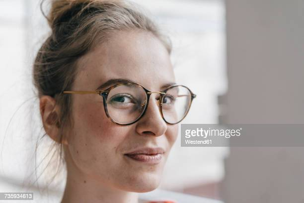 portrait of young woman with glasses - nahaufnahme stock-fotos und bilder