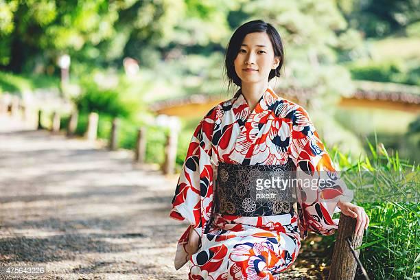 若い女性のポートレート、着物日本の公園