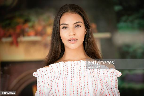 portrait of young woman with long brown hair - brown hair photos et images de collection