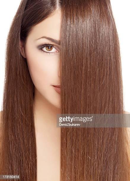 Ritratto di giovane donna con lunghi capelli