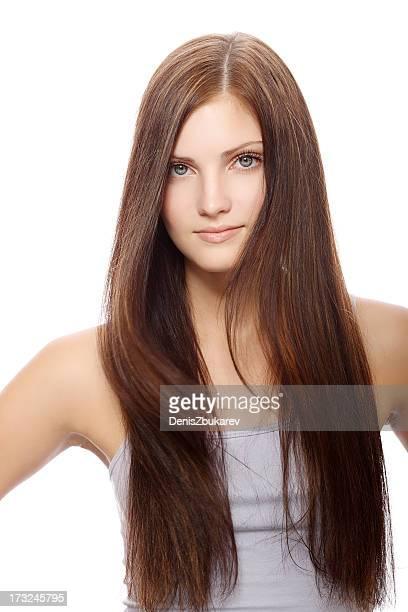 portrait de jeune femme avec les cheveux longs