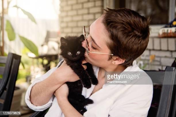 """porträt der jungen frau mit neu adoptierten kätzchen. - """"martine doucet"""" or martinedoucet stock-fotos und bilder"""