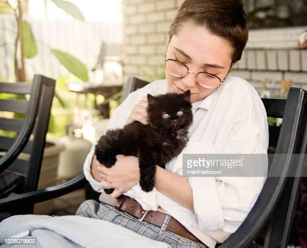 """retrato de jovem com gatinho recém-adotado. - """"martine doucet"""" or martinedoucet - fotografias e filmes do acervo"""