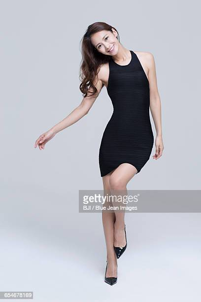 portrait of young woman with perfect body - mini vestido - fotografias e filmes do acervo