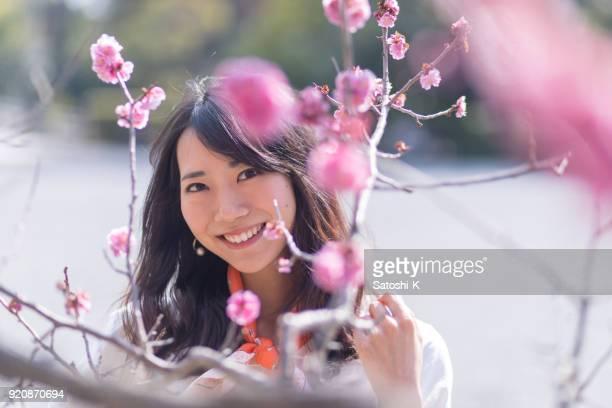 梅の花と若い女性のポートレート
