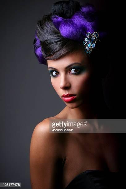 Portrait de jeune femme avec les cheveux noir et violet