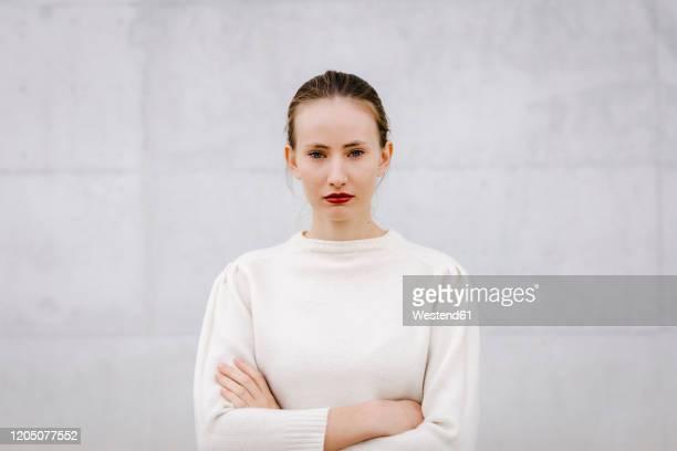 portrait of young woman with red lips - só uma mulher jovem imagens e fotografias de stock