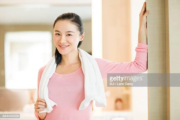 portrait of young woman with towel - gymnastique douce photos et images de collection
