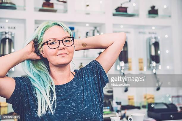 ritratto di giovane donna con i capelli tinti turchese, caffetteria, slovenia - kawaii foto e immagini stock
