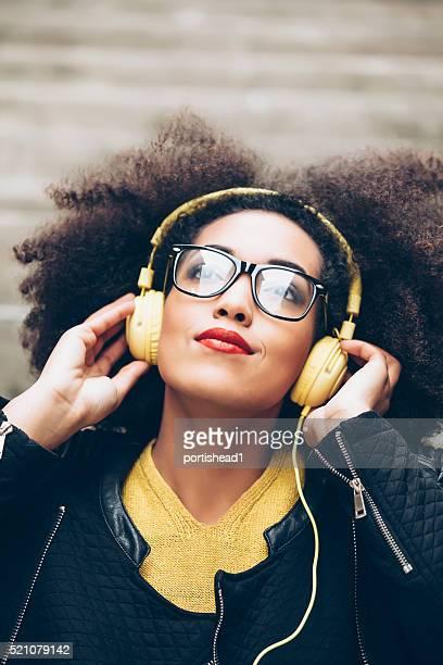 Portrait de jeune femme avec un casque jaune-gros plan