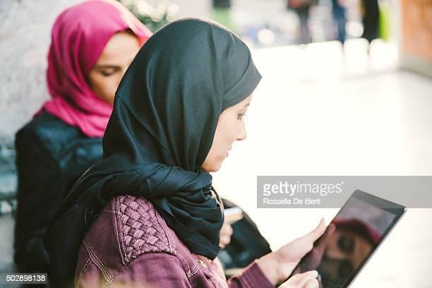 Portrait de jeune femme avec foulard lire des livres en plein air