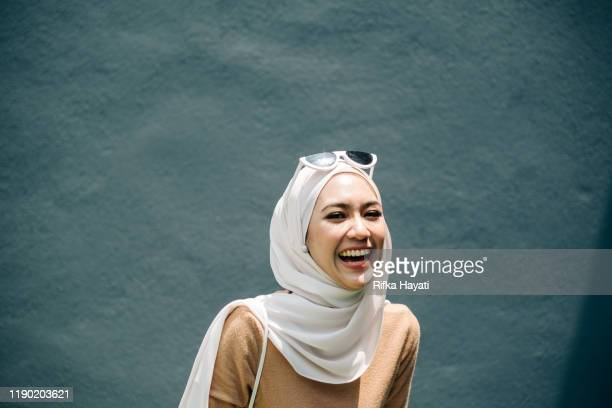 portrait of young women with happy expression - islamismo imagens e fotografias de stock