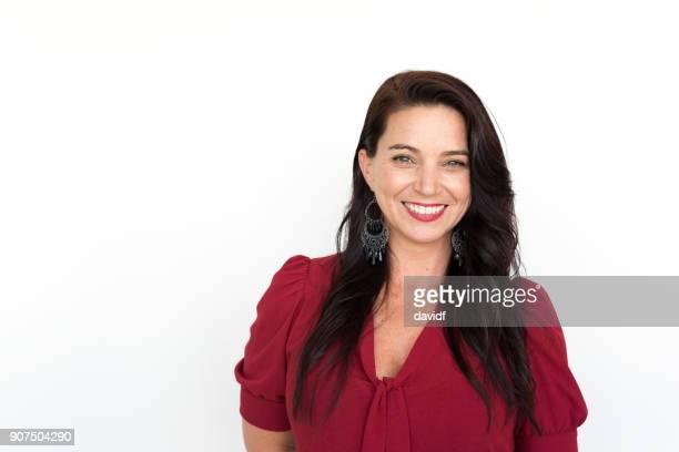 Porträtt på en vit bakgrund av en leende affärskvinna