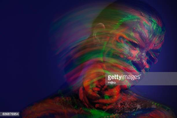 Porträt einer mit fluoreszierend Make-up im UV-l