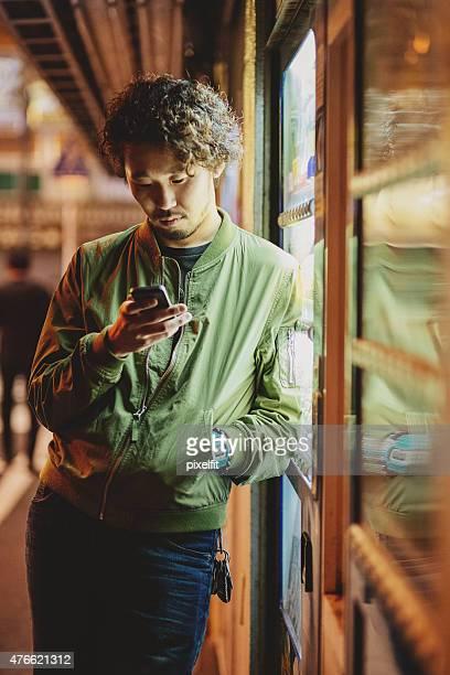 日本の若い男性のポートレート pf の隣の自動販売機