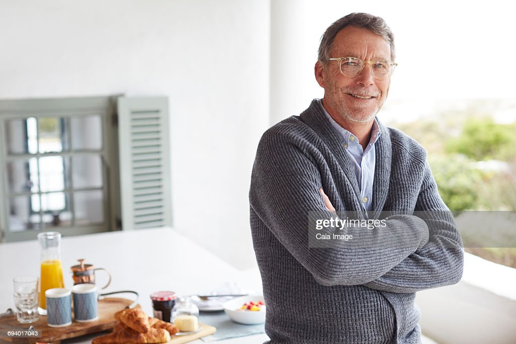 Portrait smiling senior man at breakfast on patio table : Stock-Foto