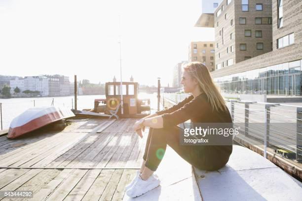 Porträt lächelnden Jungen blond Frau im städtischen Hintergrund