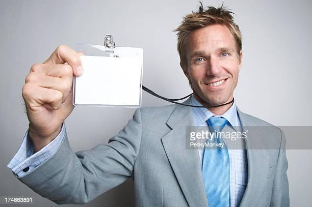 Porträt Lächelnder junger Geschäftsmann hält bis Ausweis