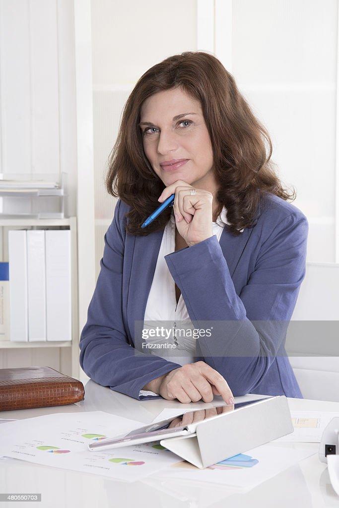 Retrato: Mulher de Negócios bem sucedido, mais anos de idade, sentado em seu escritório. : Foto de stock
