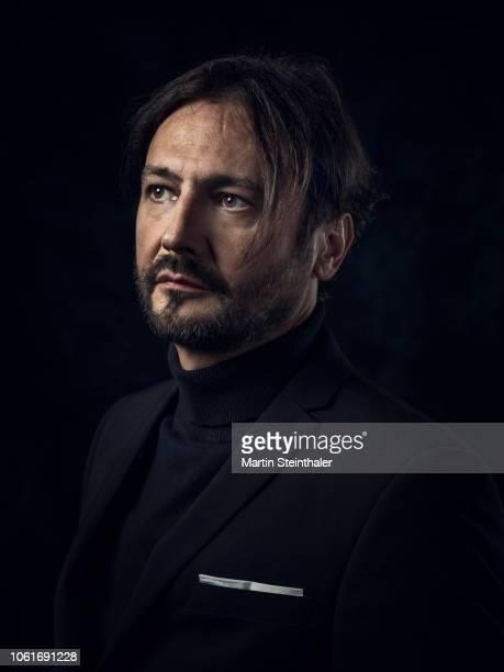 portrait von künstler - mann in schwarzen anzug - pull à col montant photos et images de collection