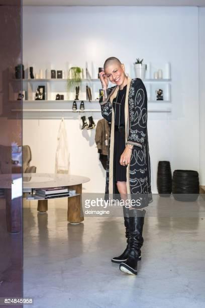 Portret vrouw fashion stylist in boetiek studio winkel