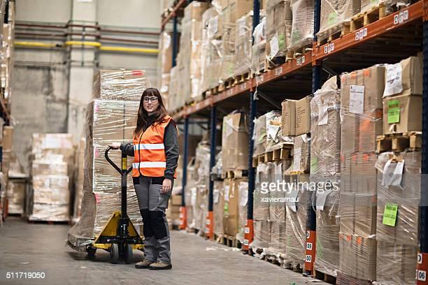Porträt einer Frau, die Boxen in einem Lagerhaus