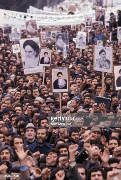 Portraits brandis par la foule lors de la manifestation de soutien à l'ayatollah Khomenei en janvier 1979 à Téhéran, lran.