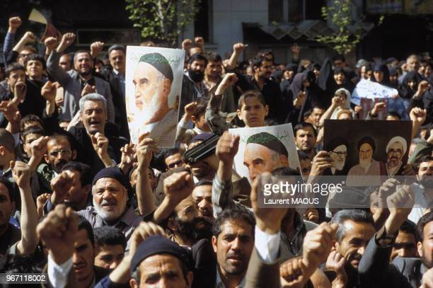Portraits de l'ayatollah Khomeini dans la manifestation devant l'ambassade des EtatsUnis le 13 avril 1982 à Téhéran Iran