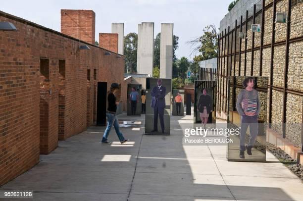 Portraits de personnes de differentes couleurs et miroir dans un patio du musée de l'apartheid à Johannesbourg Afrique du Sud