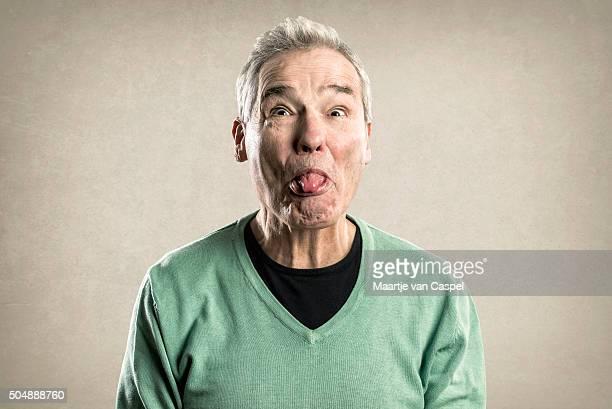 Porträts älterer Mann – Expressions-Zunge herausstrecken