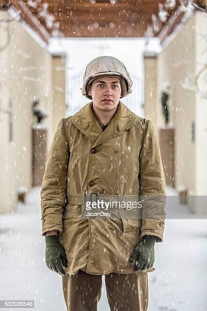 retratos de una segunda guerra mundial soldado de infantería en la nieve - siglo xx fotografías e imágenes de stock