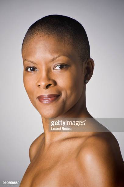 portraits of adult african american woman - chica adulta negra espalda desnuda fotografías e imágenes de stock