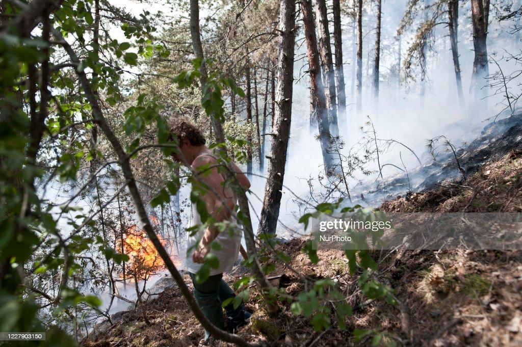 Fires Continue to Burn In Italian Region Of Abruzzo : ニュース写真