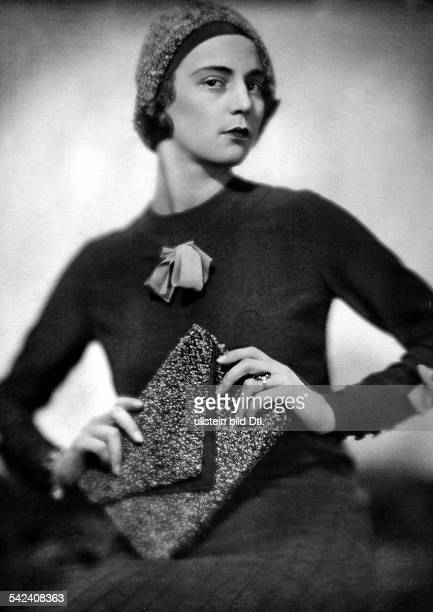 Portraits of women Casual tea gown with cap and handbag of the same fabric - 1929 - Photographer: Rolf Mahrenholz - Published by: 'Die Dame'...