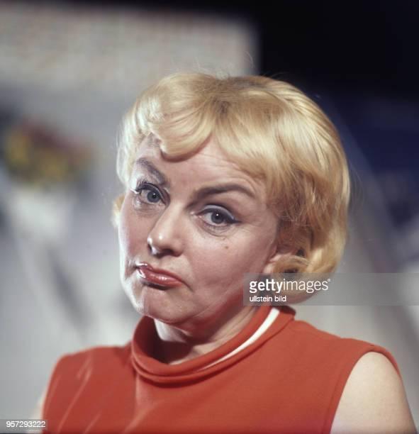 Porträt der Kabarettistin und ChansonSängerin Ursula Schmitter aufgenommen im Januar 1970 in Leipzig Sie war Mitglied des Kabaretts Leipziger...