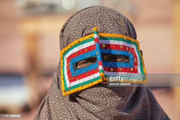 Porträt einer Frau mit traditioneller Borkeh Maske und Kopftuch, aufgenommen am auf der Insel Hormus im Süden des Irans. Hormus ist eine zu Iran...