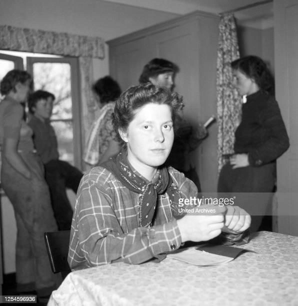 Porträt einer jungen Frau aus der Umgebung von Hamburg, Deutschland 1956.