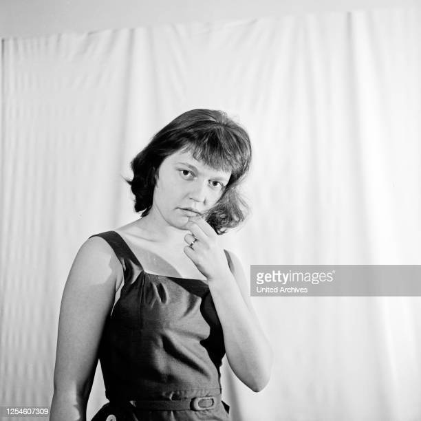 Porträt einer jungen Frau, Deutschland 1950er Jahre.