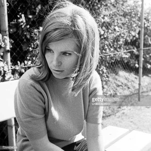 Porträt einer jungen Frau, Deutschland 1960er Jahre.