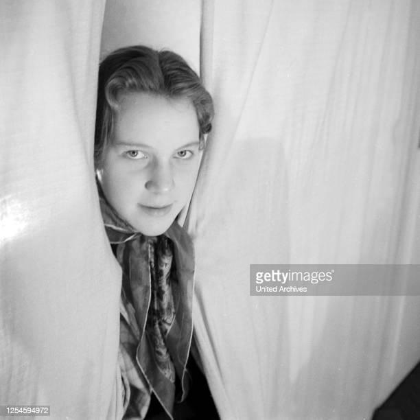 Porträt einer jungen Frau im Deutschland der 1950er Jahre.