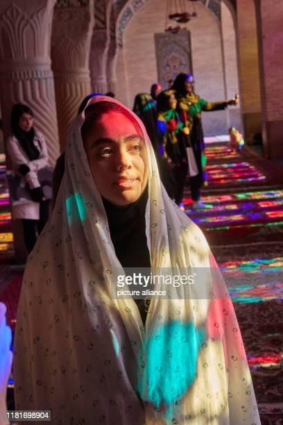 Porträt einer jungen Frau in der Nasir-ol-Molk-Moschee , auch bekannt als Pinke Moschee in der iranischen Stadt Schiras, aufgenommen am .