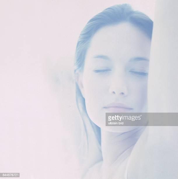 Porträt einer jungen, ruhenden Frau
