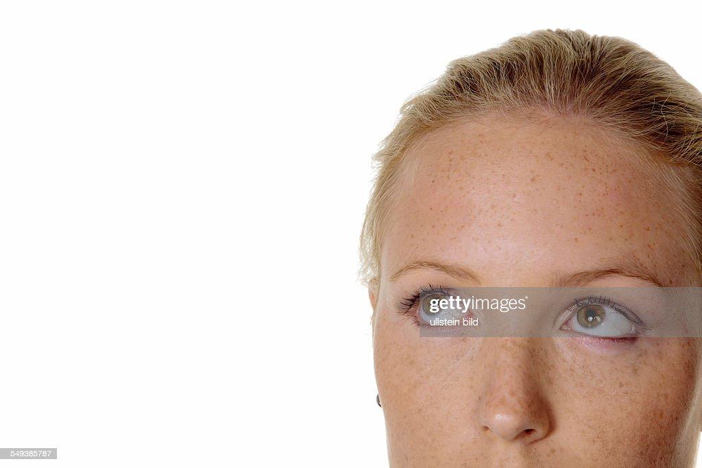 Porträt einer nachdenklichen Frau . Blick nach oben. Isoliert vor weißem Hintergrund. : Foto jornalística