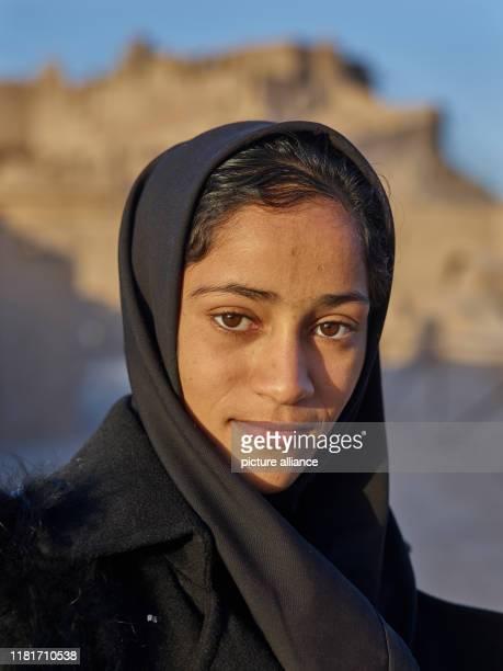 Porträt eines jungen Mädchens vor der Lehmfestung von Bam im Südosten des Irans, aufgenommen am . Die historische Stadt aus verputzten Lehmziegeln...