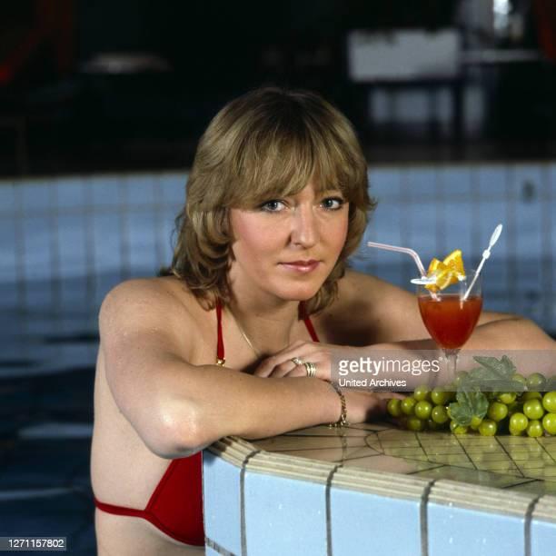Porträt im Bikini, 1980er Jahre. Reiss / Sängerin, Komponistin, Musikproduzentin.