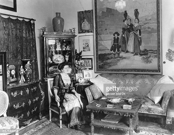 Porträt in ihrer Wohnung, - 1912, Foto: Waldemar Titzenthaler