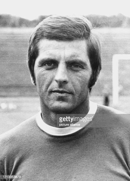 Porträt von Erich Ribbeck, Trainer des Fußballvereins Eintracht Frankfurt. Aufnahme vom Juli 1971.